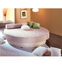 Круглая кровать которая таинственно.  Круглые кровати всегда...